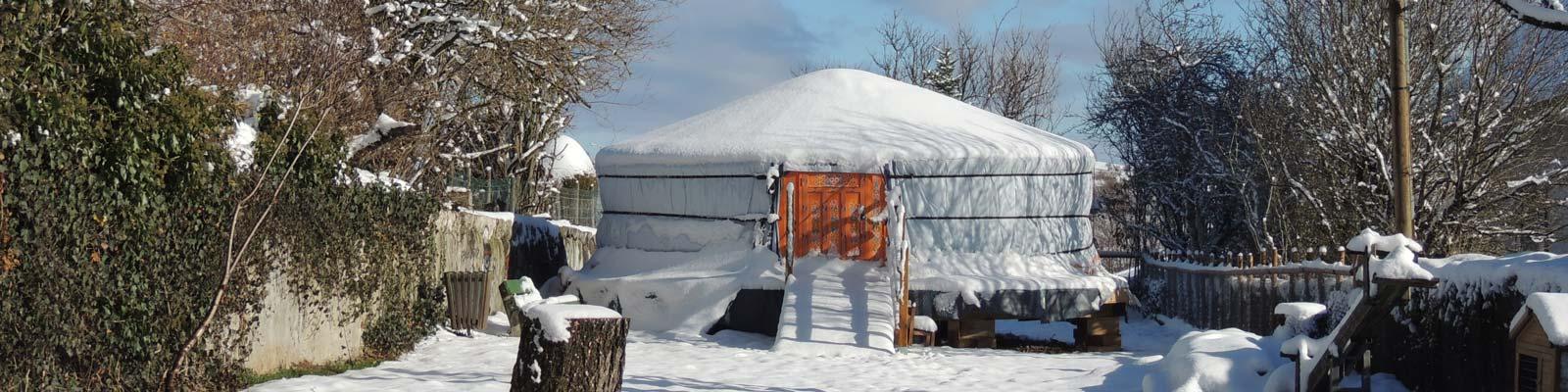 Yourte dans la neige
