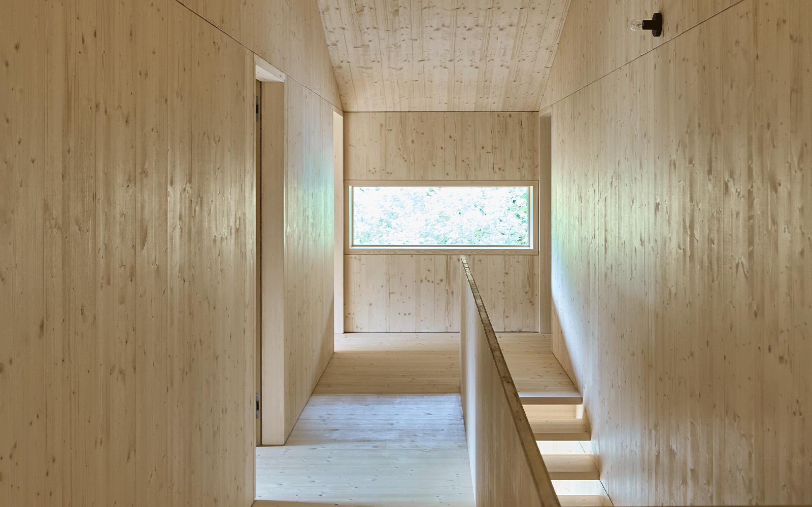 Couloir intérieur en bois
